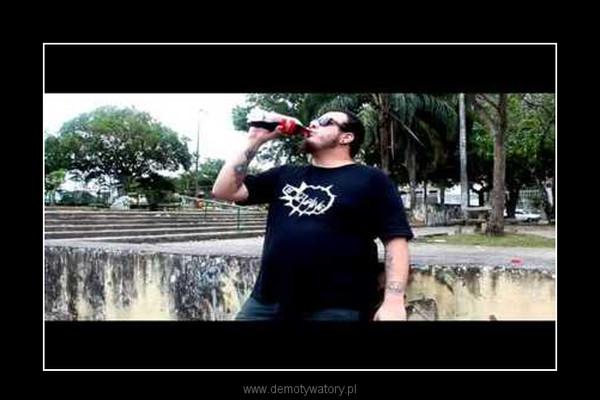 Duży mężczyzna napoje Coke i zjada Mentos –