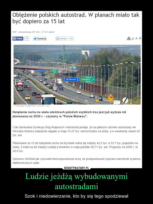 """Ludzie jeżdżą wybudowanymi autostradami – Szok i niedowierzanie, kto by się tego spodziewał Oblężenie polskich autostrad. W planach miało tak być dopiero za 15 latNatężenie ruchu na wielu odcinkach polskich szybkich tras jest już wyższe niż planowano na 2030 r. - czytamy w """"Pulsie Biznesu"""".I tak Generalna Dyrekcja Dróg Krajowych i Autostrad podaje, że na płatnym odcinku autostrady A4 Wrocław-Sośnica natężenie sięgało w maju 74,27 tys. samochodów na dobę, a w weekendy nawet 95 tys. aut.Planowane za 15 lat natężenie ruchu na tej trasie waha się między 42,5 tys. a 53,7 tys. pojazdów na dobę. Z kolei na A2 między Łodzią a Koninem w maju jeździło 30,71 tys. aut. Prognozy na 2030 r. to 28,6 tys.Zarówno GDDKiA jak i prywatni koncesjonariusze liczą, że przepustowość poprawi wdrożenie systemu elektronicznych opłat."""