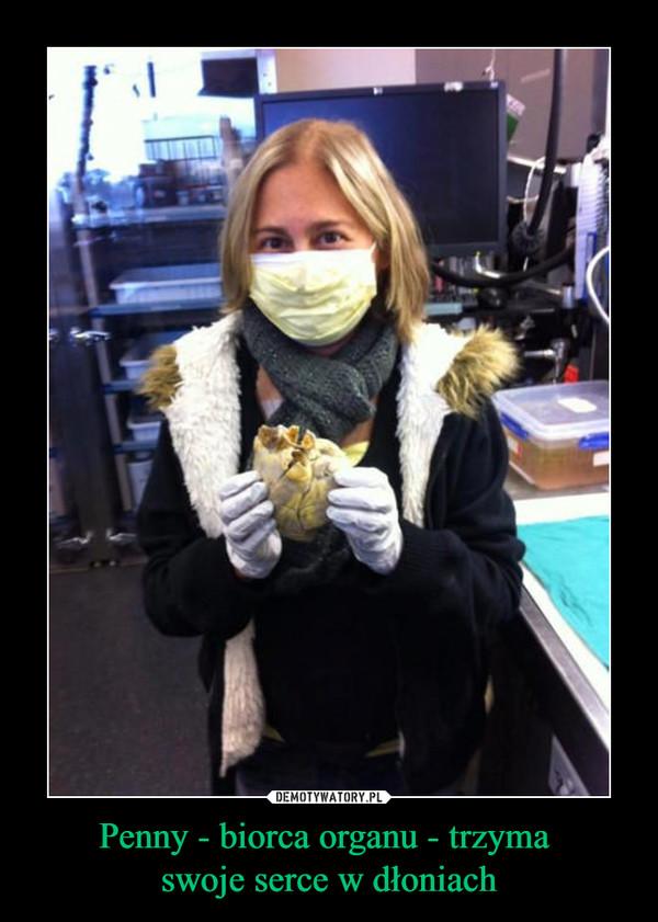 Penny - biorca organu - trzyma swoje serce w dłoniach –