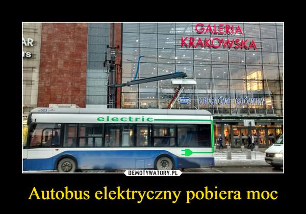 Autobus elektryczny pobiera moc –