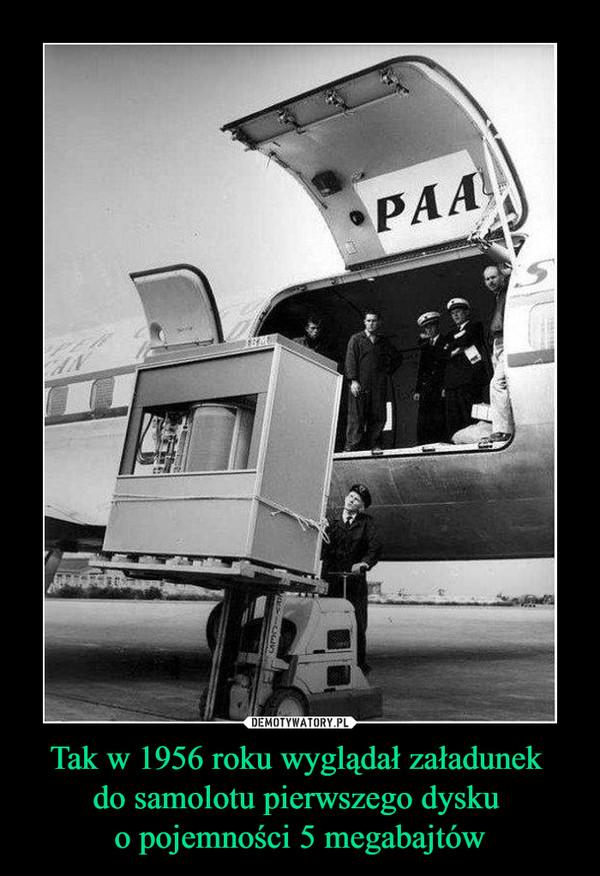 Tak w 1956 roku wyglądał załadunek do samolotu pierwszego dysku o pojemności 5 megabajtów –