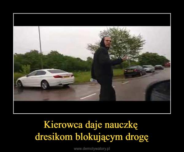 Kierowca daje nauczkę dresikom blokującym drogę –