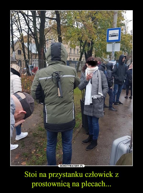 Stoi na przystanku człowiek z prostownicą na plecach... –