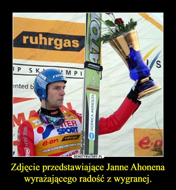 Zdjęcie przedstawiające Janne Ahonena wyrażającego radość z wygranej. –
