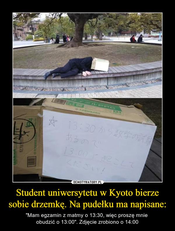 """Student uniwersytetu w Kyoto bierze sobie drzemkę. Na pudełku ma napisane: – """"Mam egzamin z matmy o 13:30, więc proszę mnie obudzić o 13:00"""". Zdjęcie zrobiono o 14:00"""