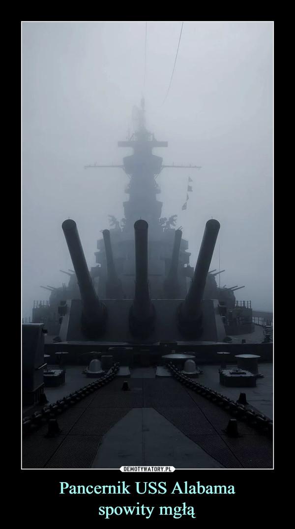 Pancernik USS Alabamaspowity mgłą –