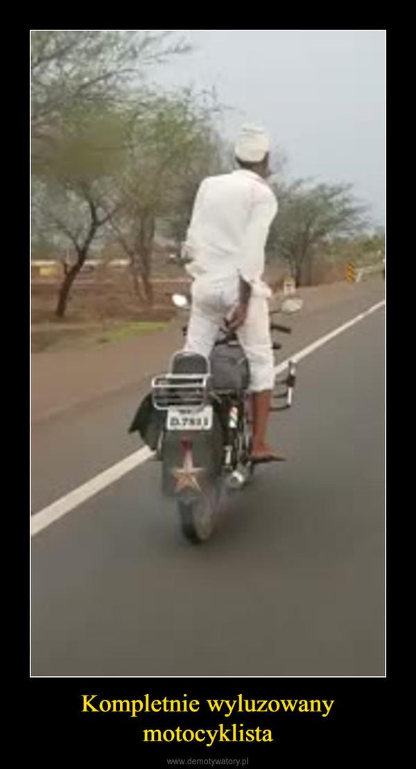 Kompletnie wyluzowany motocyklista –