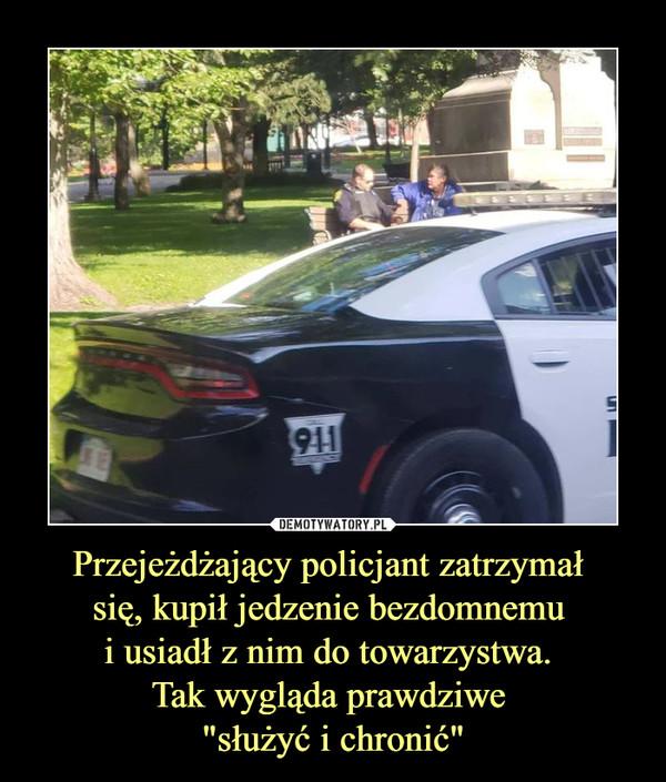 """Przejeżdżający policjant zatrzymał się, kupił jedzenie bezdomnemu i usiadł z nim do towarzystwa. Tak wygląda prawdziwe """"służyć i chronić"""" –"""
