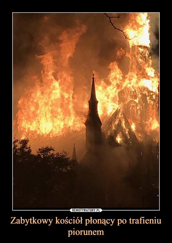 Zabytkowy kościół płonący po trafieniu piorunem –