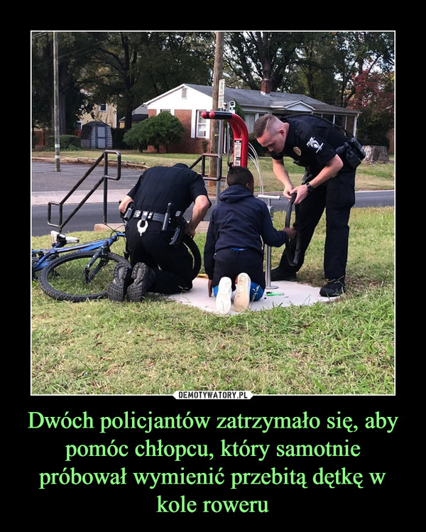 Dwóch policjantów zatrzymało się, aby pomóc chłopcu, który samotnie próbował wymienić przebitą dętkę w kole roweru –