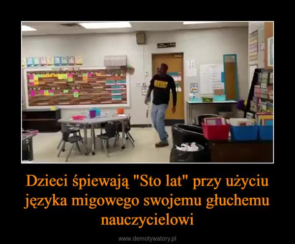 """Dzieci śpiewają """"Sto lat"""" przy użyciu języka migowego swojemu głuchemu nauczycielowi –"""
