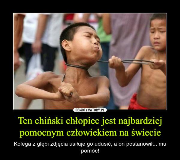 Ten chiński chłopiec jest najbardziej pomocnym człowiekiem na świecie – Kolega z głębi zdjęcia usiłuje go udusić, a on postanowił... mu pomóc!