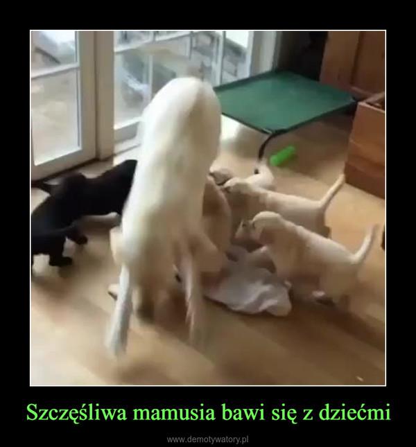 Szczęśliwa mamusia bawi się z dziećmi –