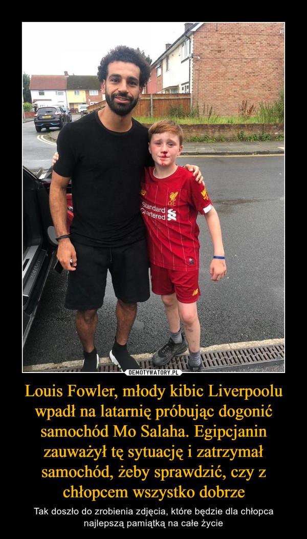 Louis Fowler, młody kibic Liverpoolu wpadł na latarnię próbując dogonić samochód Mo Salaha. Egipcjanin zauważył tę sytuację i zatrzymał samochód, żeby sprawdzić, czy z chłopcem wszystko dobrze – Tak doszło do zrobienia zdjęcia, które będzie dla chłopca najlepszą pamiątką na całe życie