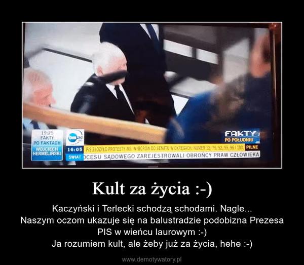 Kult za życia :-) – Kaczyński i Terlecki schodzą schodami. Nagle...Naszym oczom ukazuje się na balustradzie podobizna Prezesa PIS w wieńcu laurowym :-)Ja rozumiem kult, ale żeby już za życia, hehe :-)