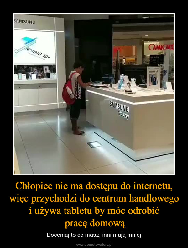 Chłopiec nie ma dostępu do internetu, więc przychodzi do centrum handlowego i używa tabletu by móc odrobić pracę domową – Doceniaj to co masz, inni mają mniej
