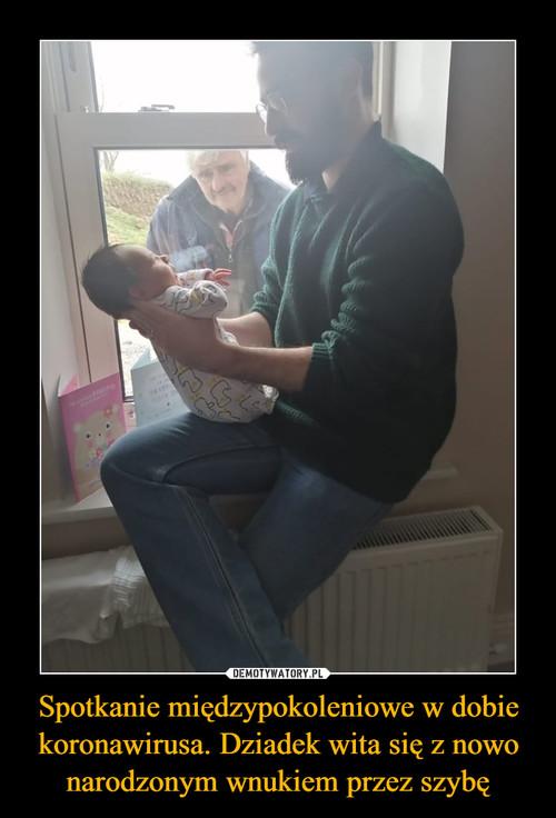 Spotkanie międzypokoleniowe w dobie koronawirusa. Dziadek wita się z nowo narodzonym wnukiem przez szybę