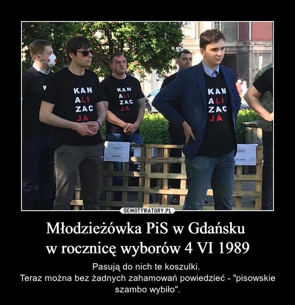 """Młodzieżówka PiS w Gdańsku w rocznicę wyborów 4 VI 1989 – Pasują do nich te koszulki. Teraz można bez żadnych zahamowań powiedzieć - """"pisowskie szambo wybiło""""."""