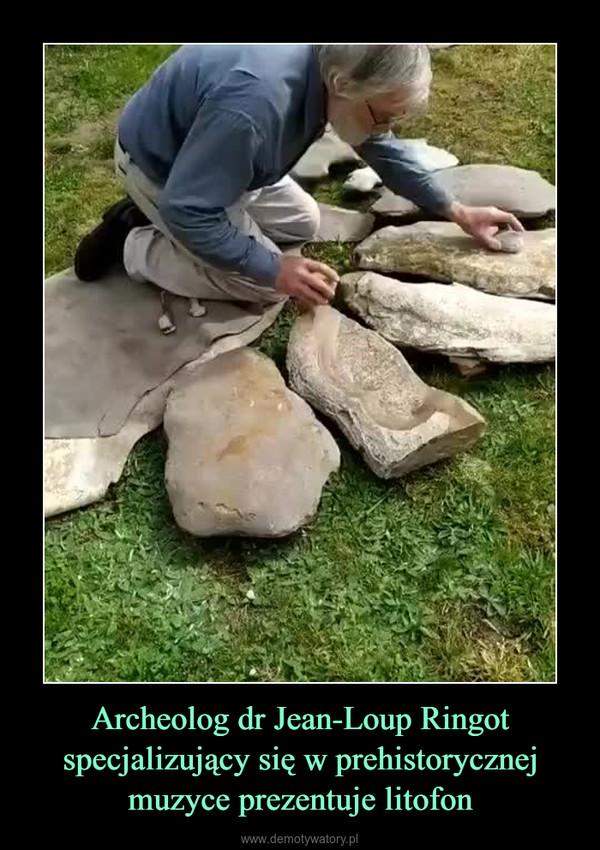 Archeolog dr Jean-Loup Ringot specjalizujący się w prehistorycznej muzyce prezentuje litofon –