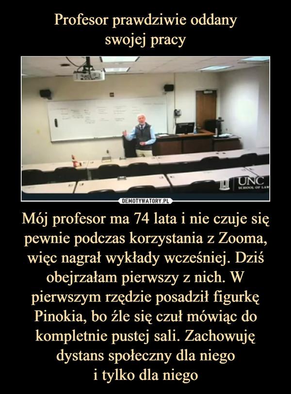 Mój profesor ma 74 lata i nie czuje się pewnie podczas korzystania z Zooma, więc nagrał wykłady wcześniej. Dziś obejrzałam pierwszy z nich. W pierwszym rzędzie posadził figurkę Pinokia, bo źle się czuł mówiąc do kompletnie pustej sali. Zachowuję dystans społeczny dla niegoi tylko dla niego –